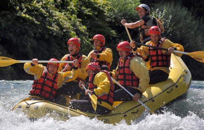 Pessoas praticando rafting no rio e muita água!