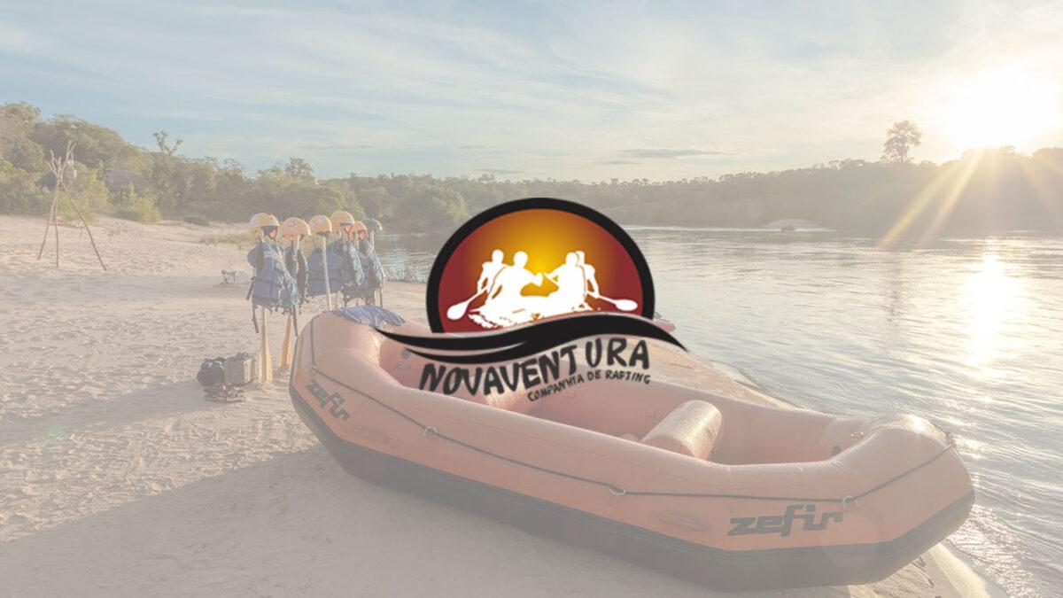 Logo novaventura, ao fundo a imagem do bote a beira rio com pôr do sol ao fundo, com alguns equipamentos de rafing ao lado.