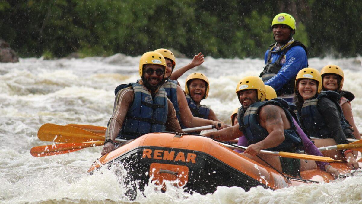 Pessoas no bote sorrindo e acenando para foto